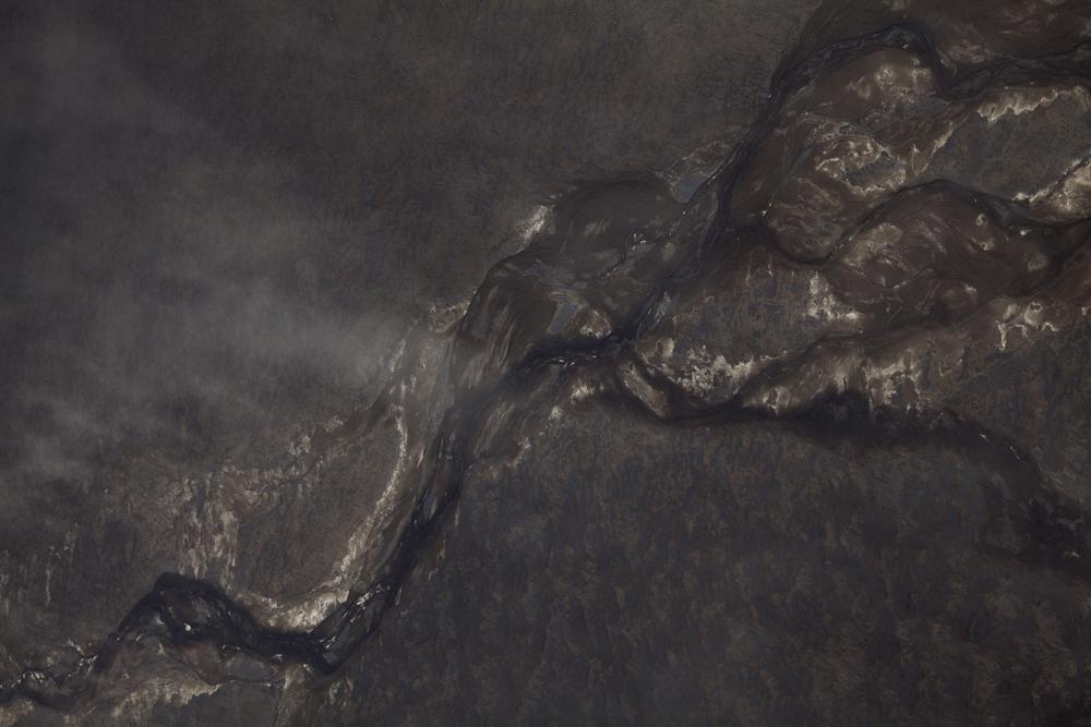 Ijsland opstekende zandstorm boven smeltwater